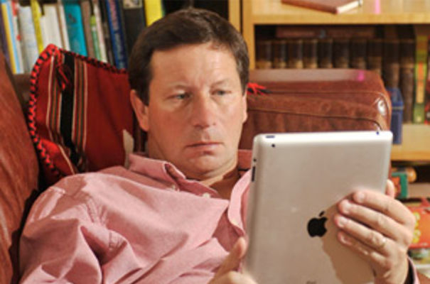 PsychologyOnline man in shirt with iPad